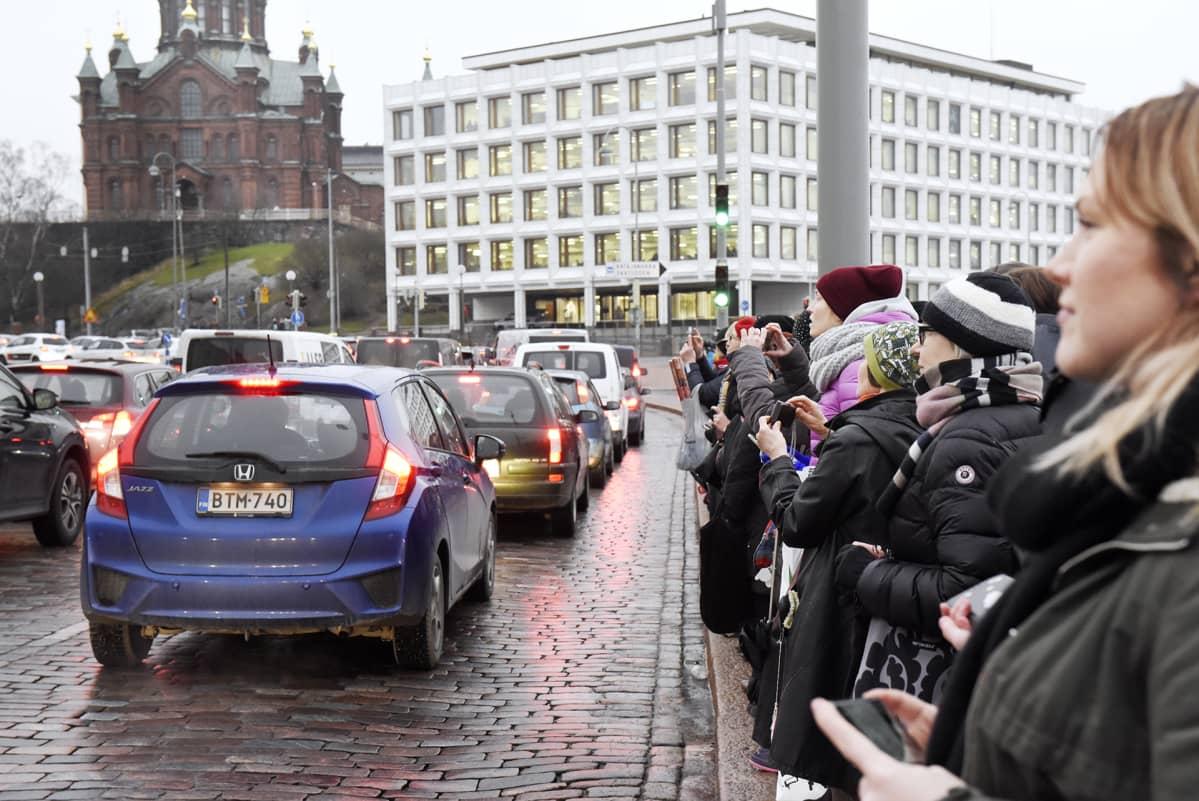 Yleisö seuraa prinssi Williamin vierailua Helsingin kauppatorilla.