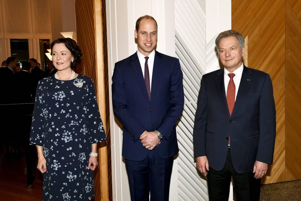 Prinssi William poseeraa Sauli Niinistön ja Jenni Haukion kanssa.