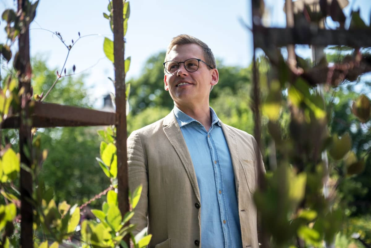 Sdpn Puoluesihteeri Anton Rönnholma kuvattuna Kaisaniemen Kasvitieteellisessä puutarhassa heinäkuussa 2019