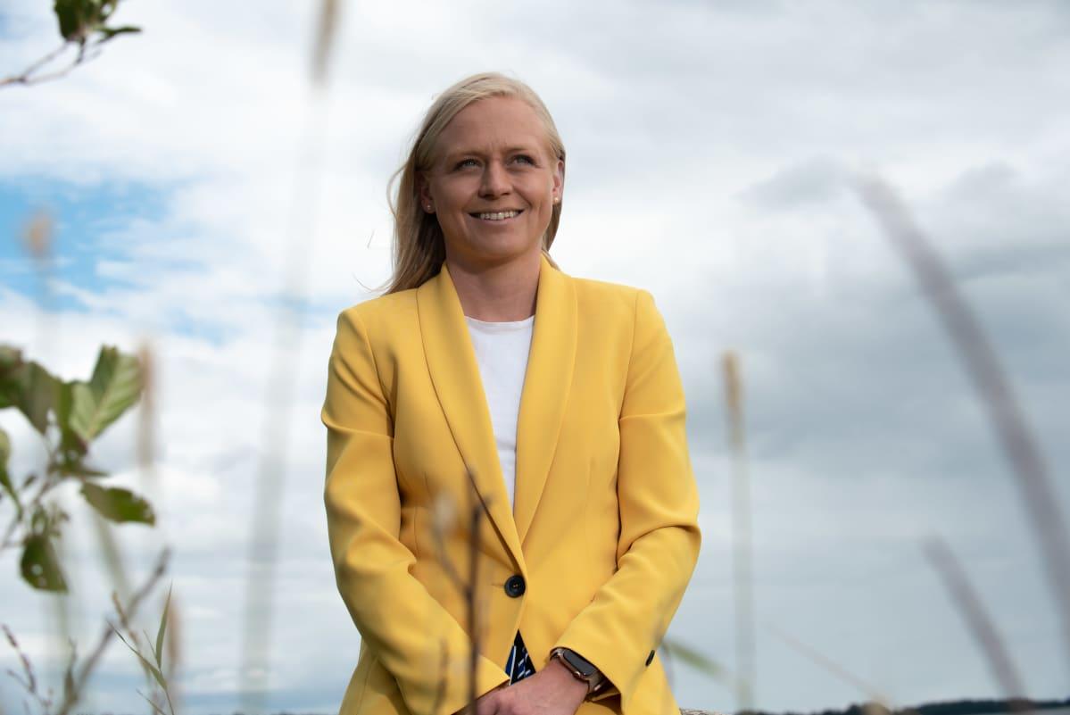 Elina Lepomäki meren rannassa.