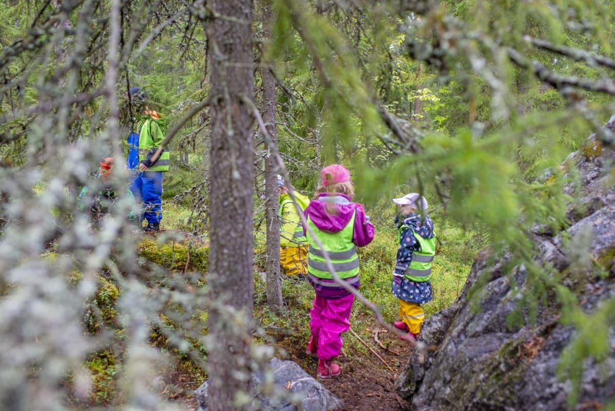 lapset leikkii metsässä ulkotarha