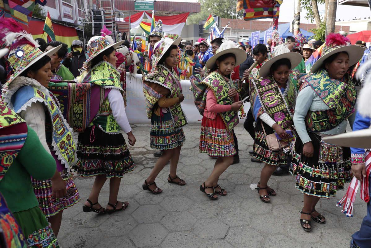 Moralesin kannattajat tanssivat Bolivian rajalla ja odottavat ex-presidenttiä saapuvaksi