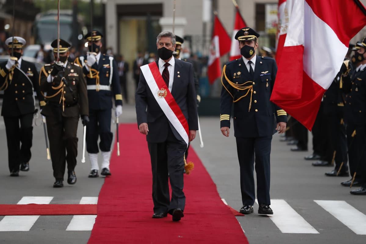 Perun uusi presidentti Francisco Sagasti virkavalatilaisuudessa