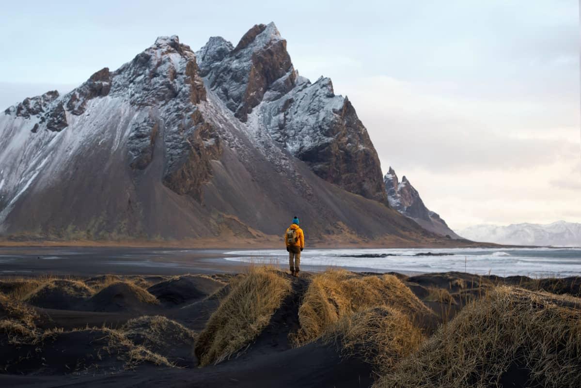 Yksinäinen matkailija ihaili maisemia Islannissa 11. helmikuuta 2020.