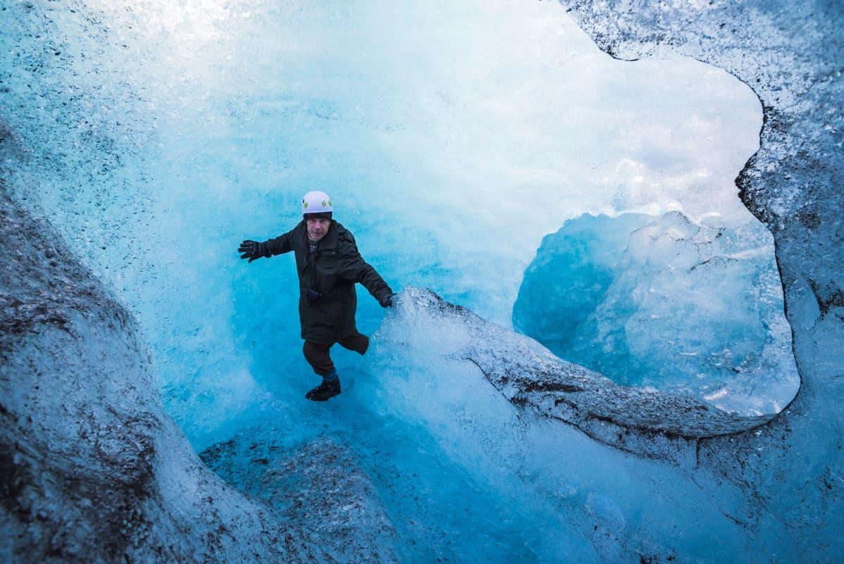 Turisti tutustui  Breiðamerkurjökullin jäätikköön Islannissa 14. kesäkuuta 2020.
