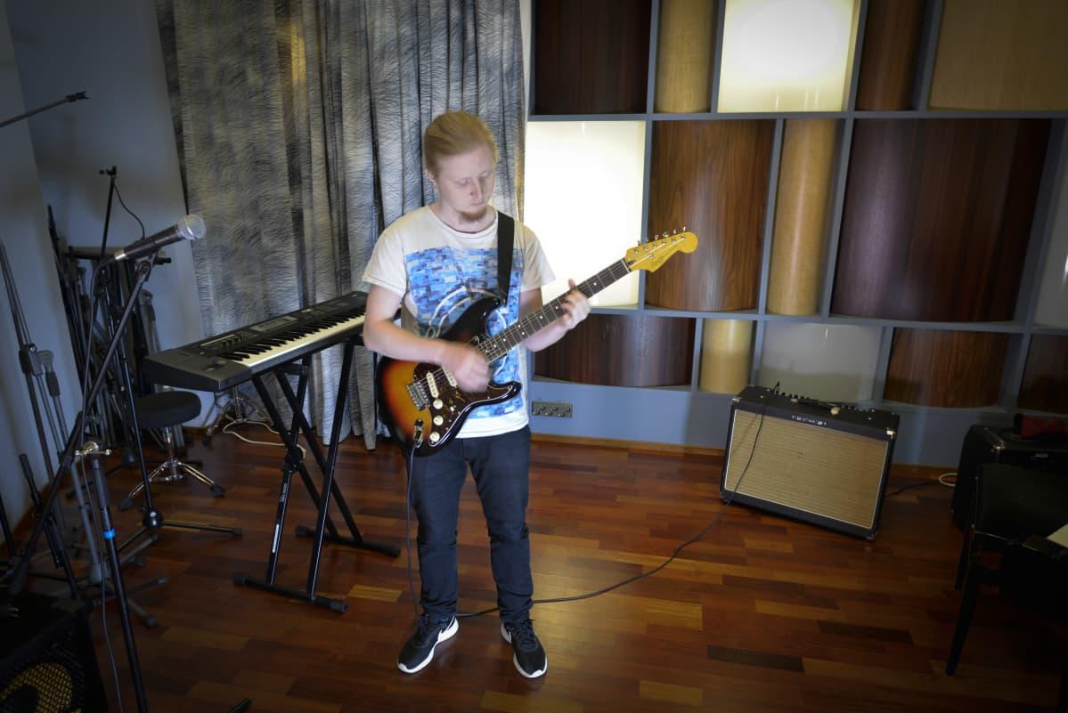 Petro Pitkänen soittaa kitaraa