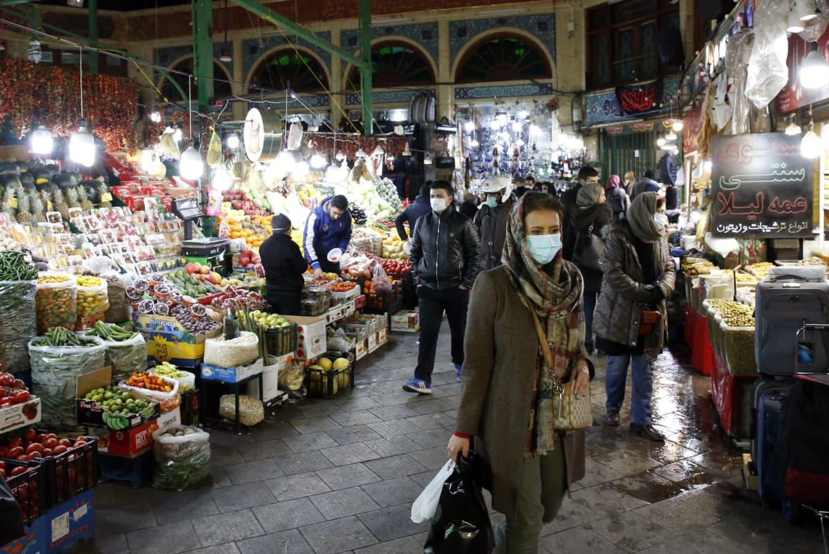 Iranilaisia ostoksilla Tajrishin basaarissa Teheranissa. Iranin talous on ajautunut kriisiin ankarien pakotteiden takia.