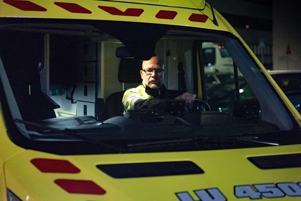 Olli-Pekka Nakari ambulanssin ohjaamossa.