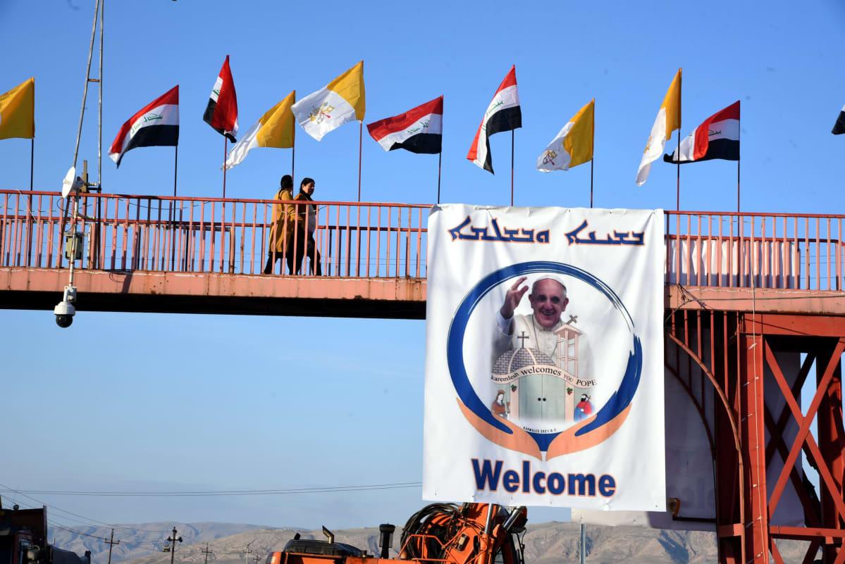 Pohjois-irakilaisessa Qaraqoshin kaupungissa roikkui jo viikko sitten paavin tulevasta vierailusta kertovia julisteita.