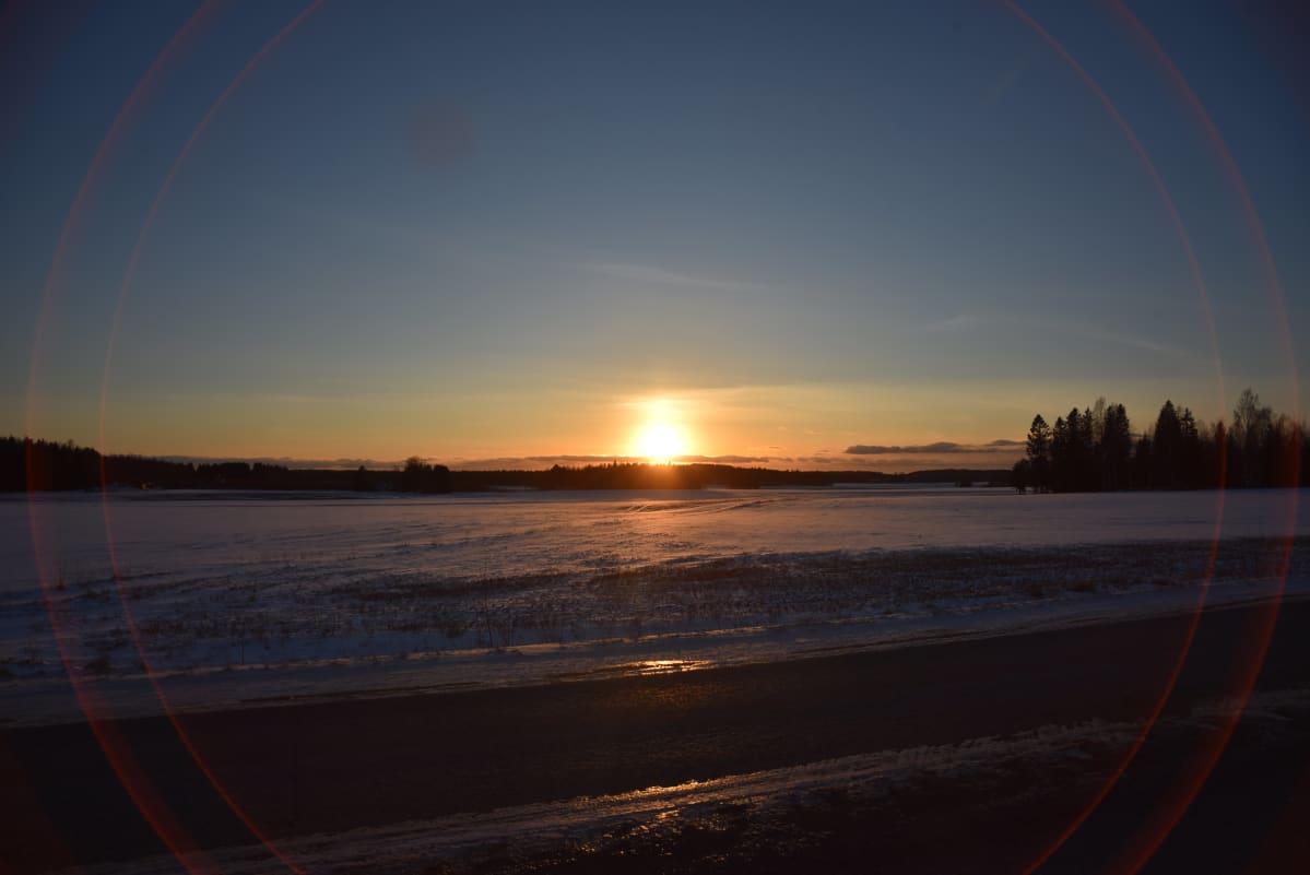 Maaliskuussa Aurinko laskee länteen