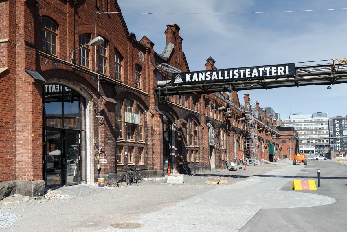 Kansallisteatterin sisäänkäynti Vallilan konepajalla.