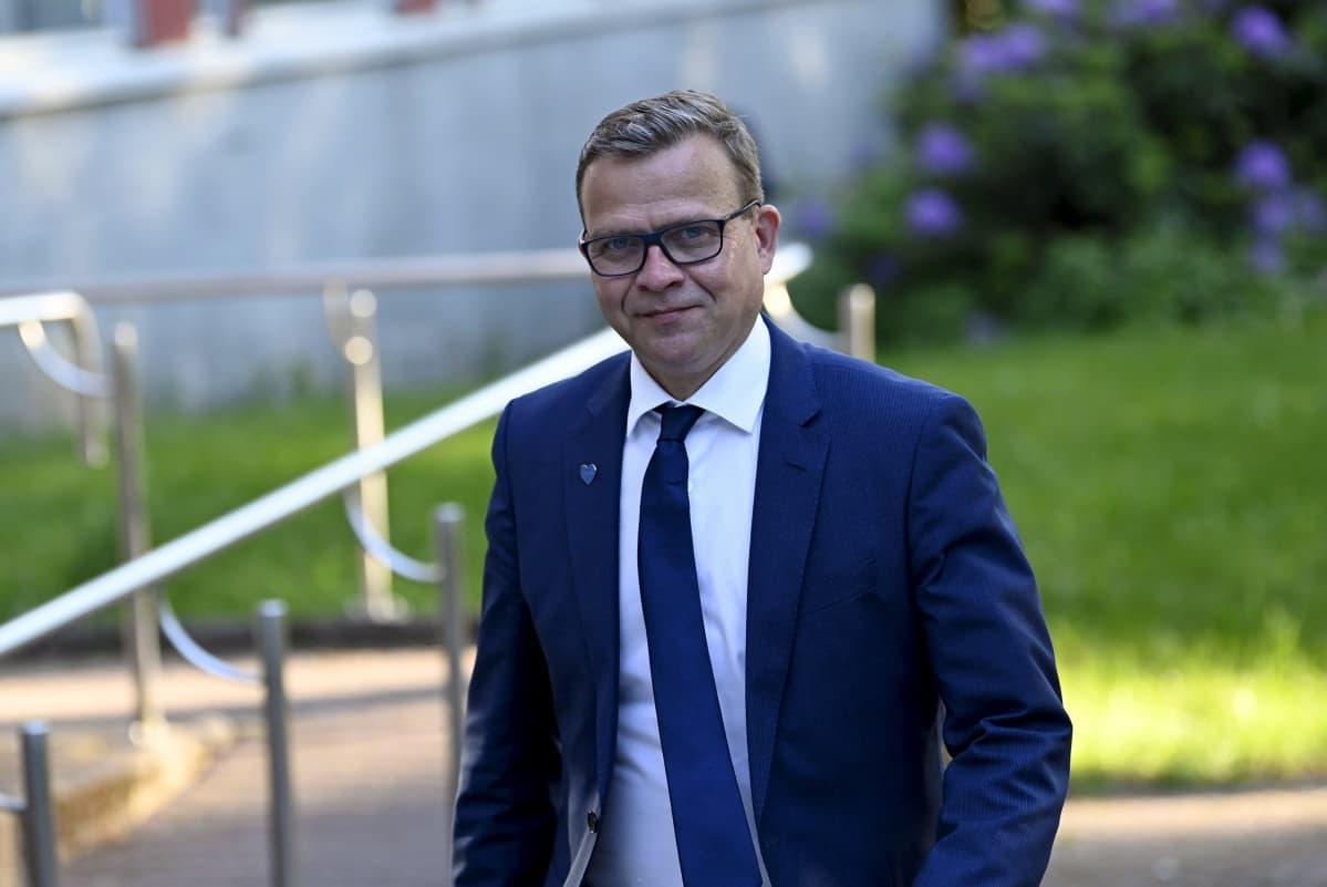 Samlingspartiets ordförande Petteri Orpo går mot Yles Studiohus i Böle.
