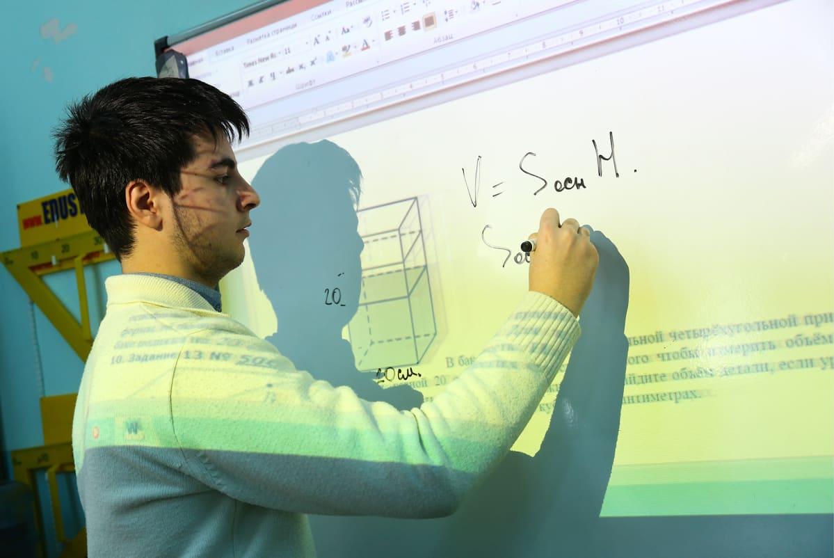 Opiskelija taulun ääressä.