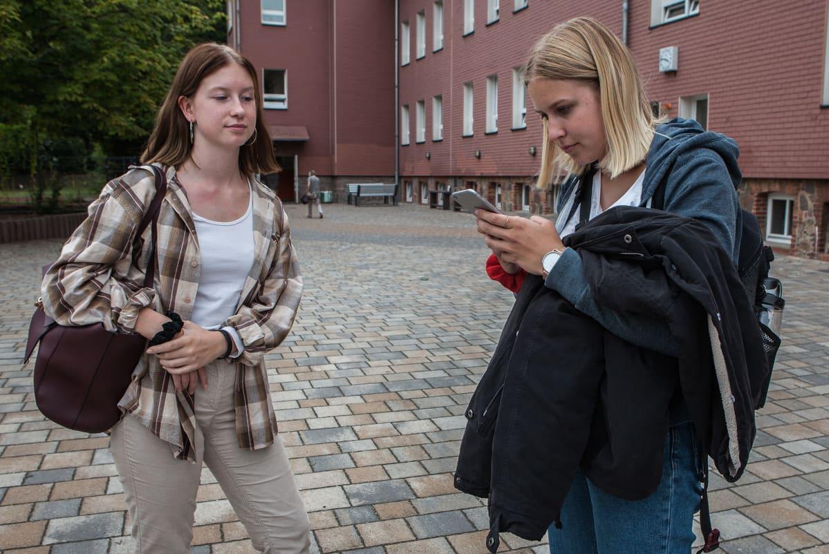 Lucie Halling (oik.) ja Klara Schumann käyvät koulua Treuenbrietzenissä.