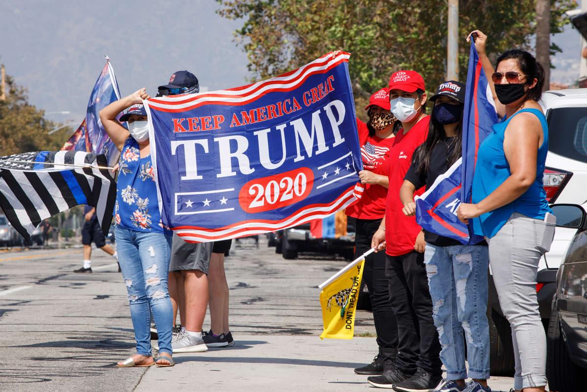 Kuvassa on Trumpin kannattajia.