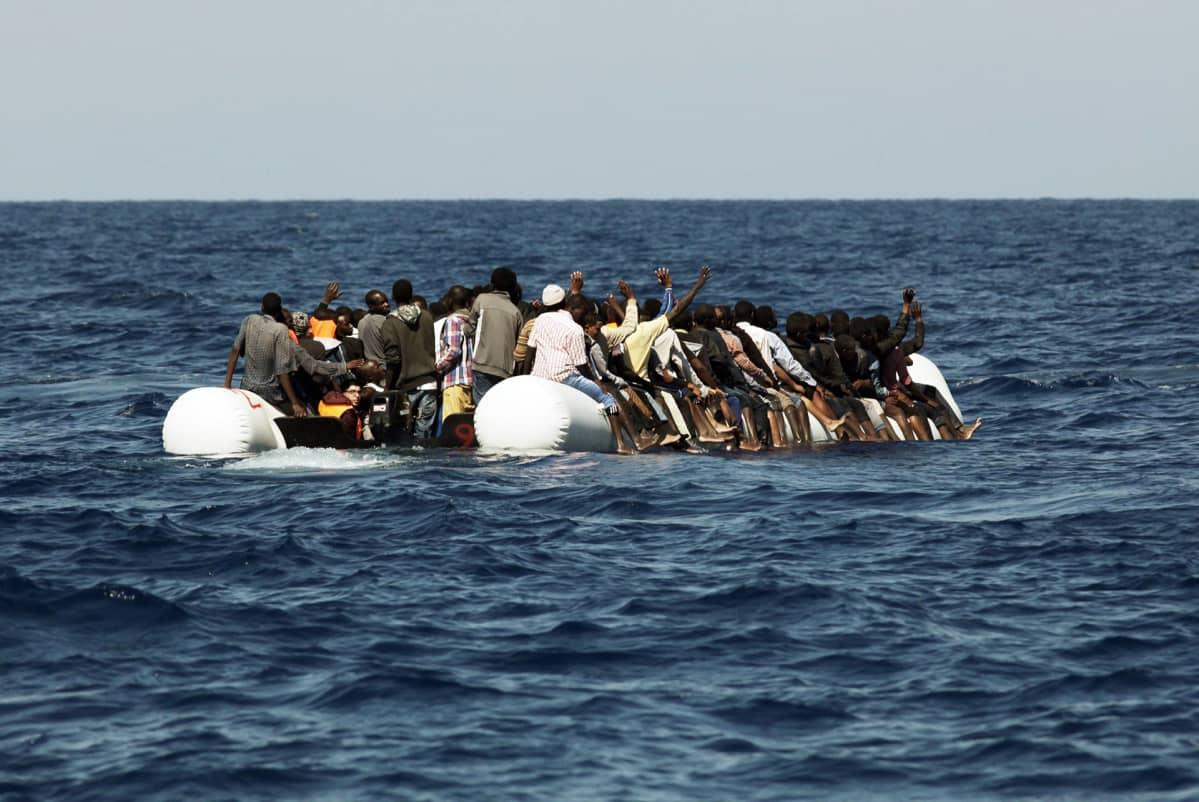 Pakolaisia kumiveneessä Libyan vesillä lokakuussa 2016.