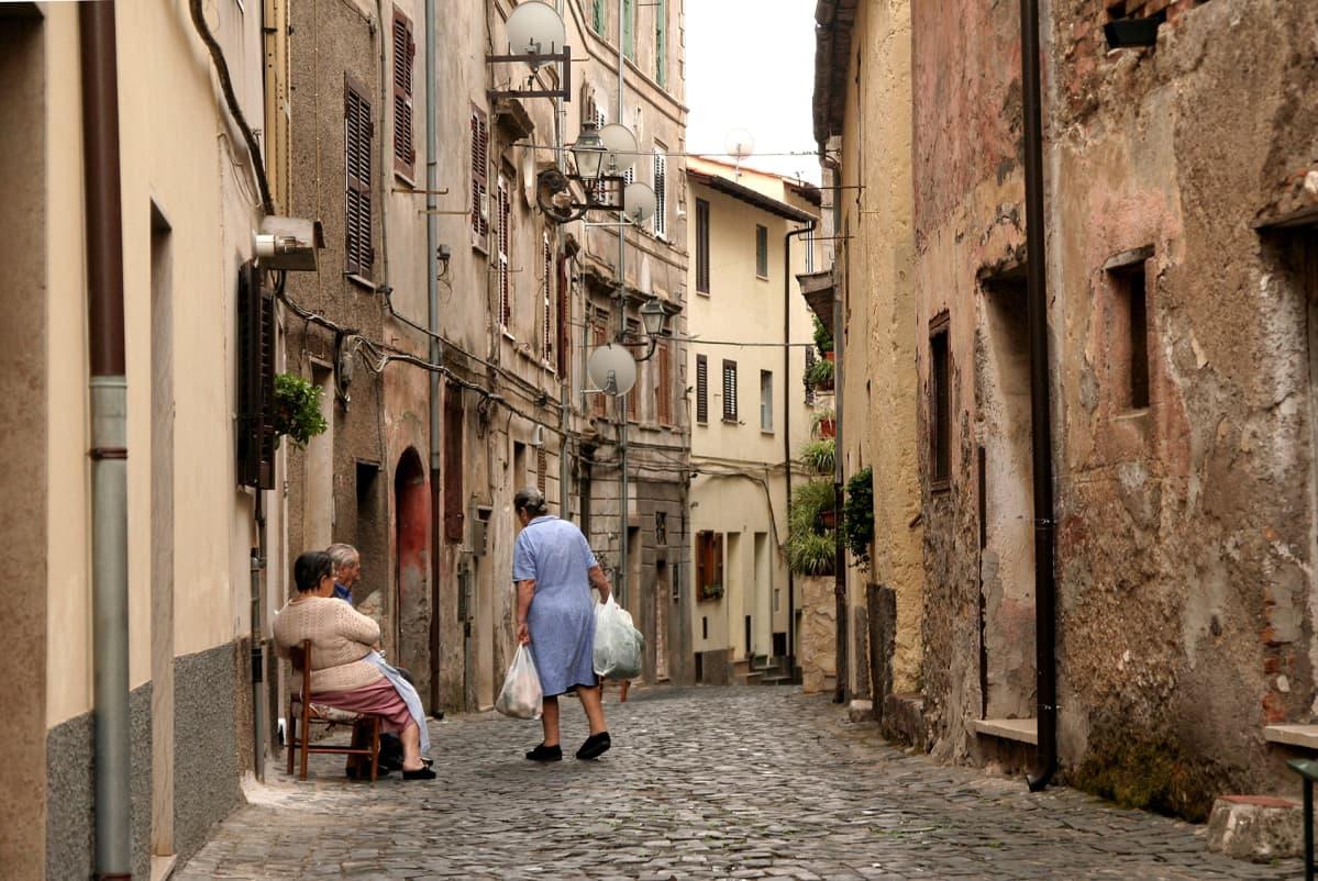 Vanhuksia italialaisessa kylässä.