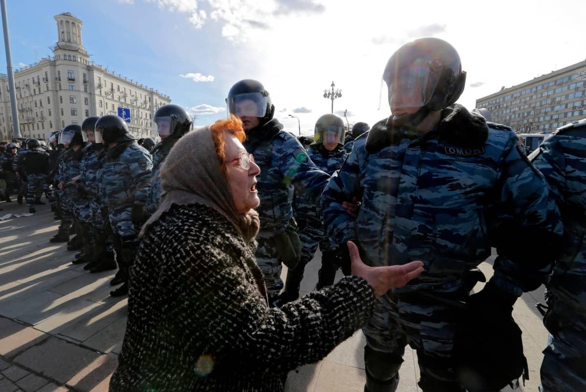 Mukana korruptionvastaisissa protesteissa oli myös vanhempaa väkeä. Moskova 26. maaliskuuta 2017.