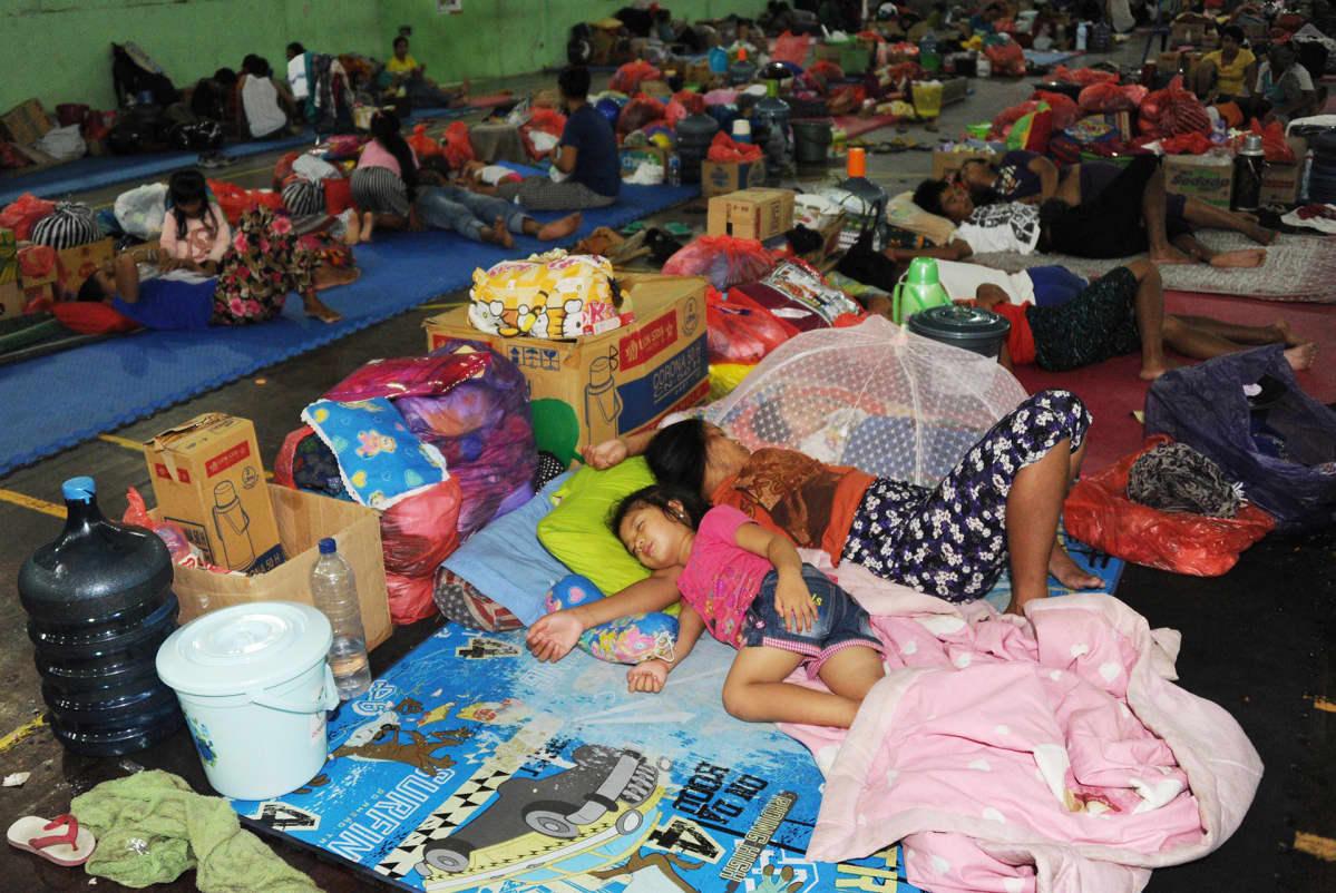Ihmisiä nukkumassa evakuointikeskuksessa Balilla 25. marraskuuta.