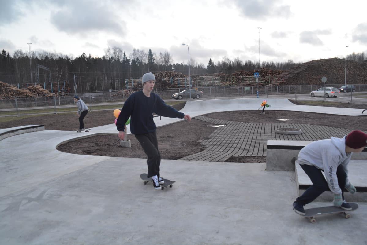 Provåkning av nya skejtparken i Karis