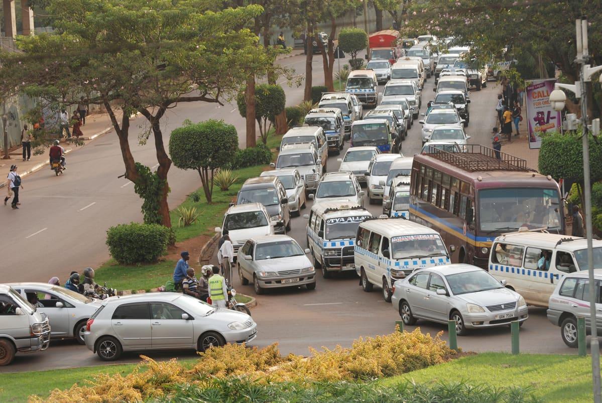 Autoja kadulla Kampalassa.