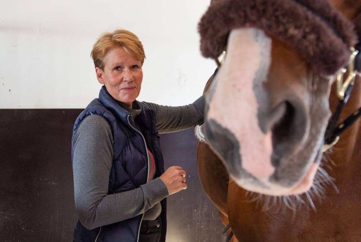 Tarja Koskela hevostallilla