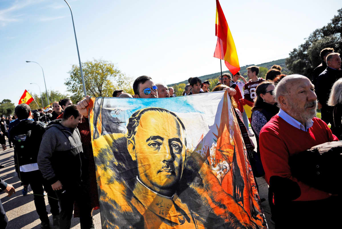 Francon tukijoiden kulkue El Pardon hautausmaan edustalla.