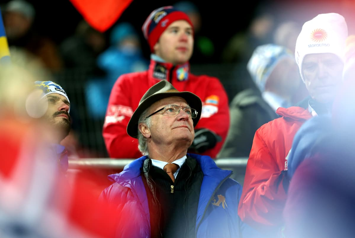 Kuningas Kaarle Kustaa ja kuningatar Silvia seuraavat mäkihyppyä Falunin MM-kisoissa helmikuussa 2015.