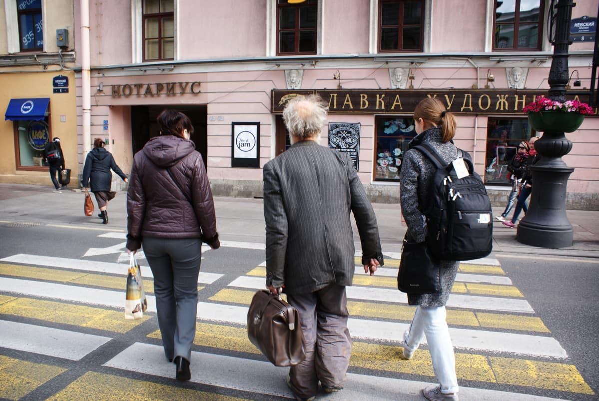 Vjatseslav Rasner kierrättää turisteja.