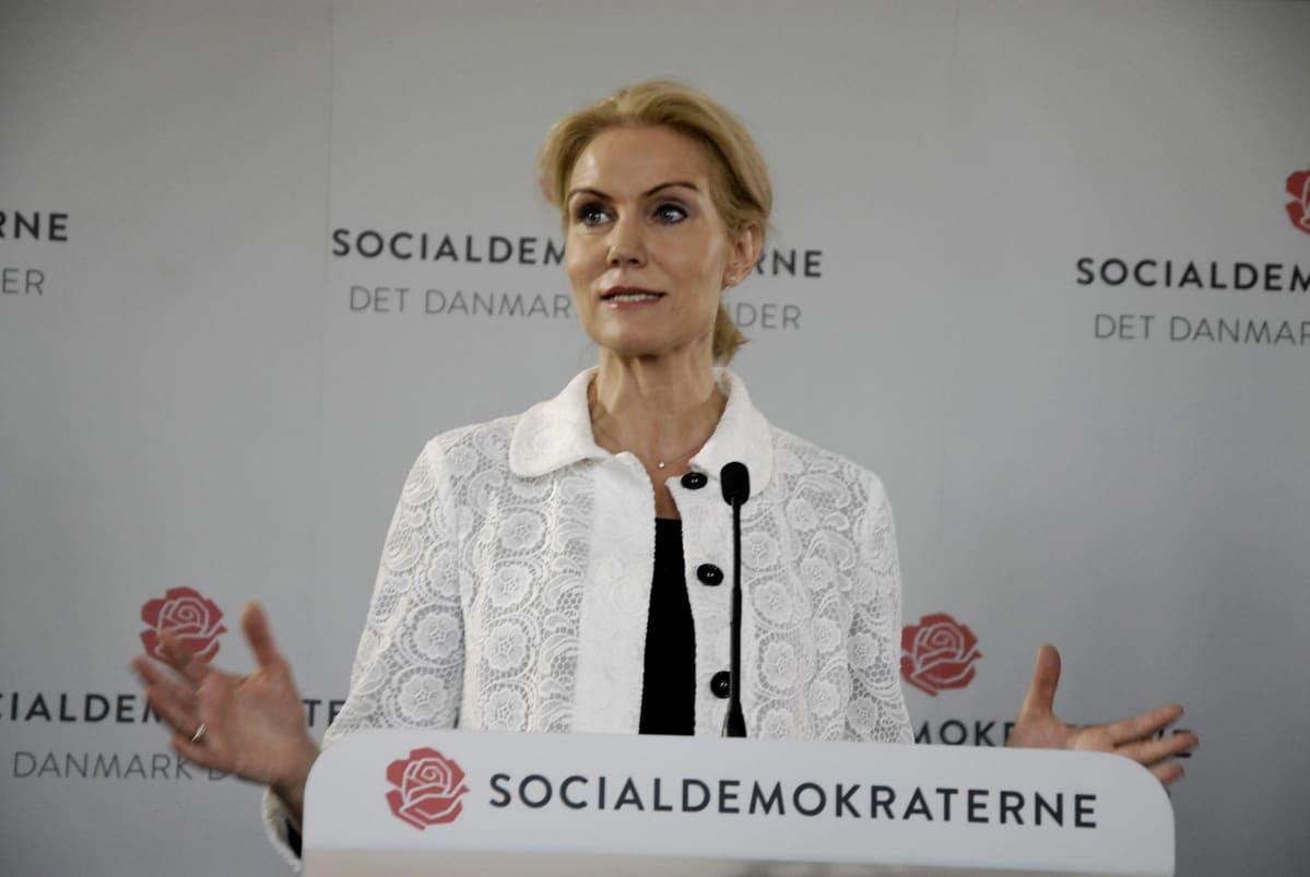Helle Thorning-Schmidt puhumassa.