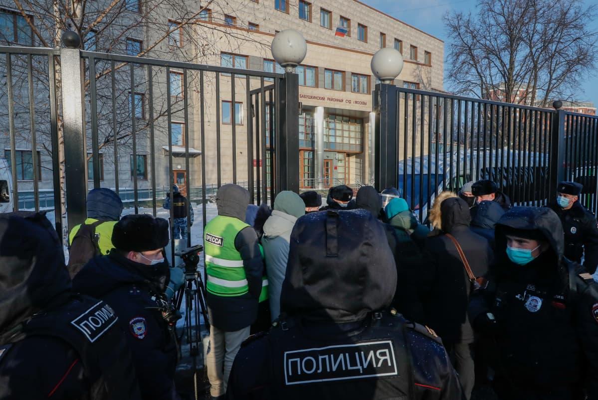Toimittajia ja poliiseja kerääntyi oikeustalon edustalle Moskovassa. Aleksei Navalnyi on epäiltynä sotaveteraanin kunnian loukkaamisesta.