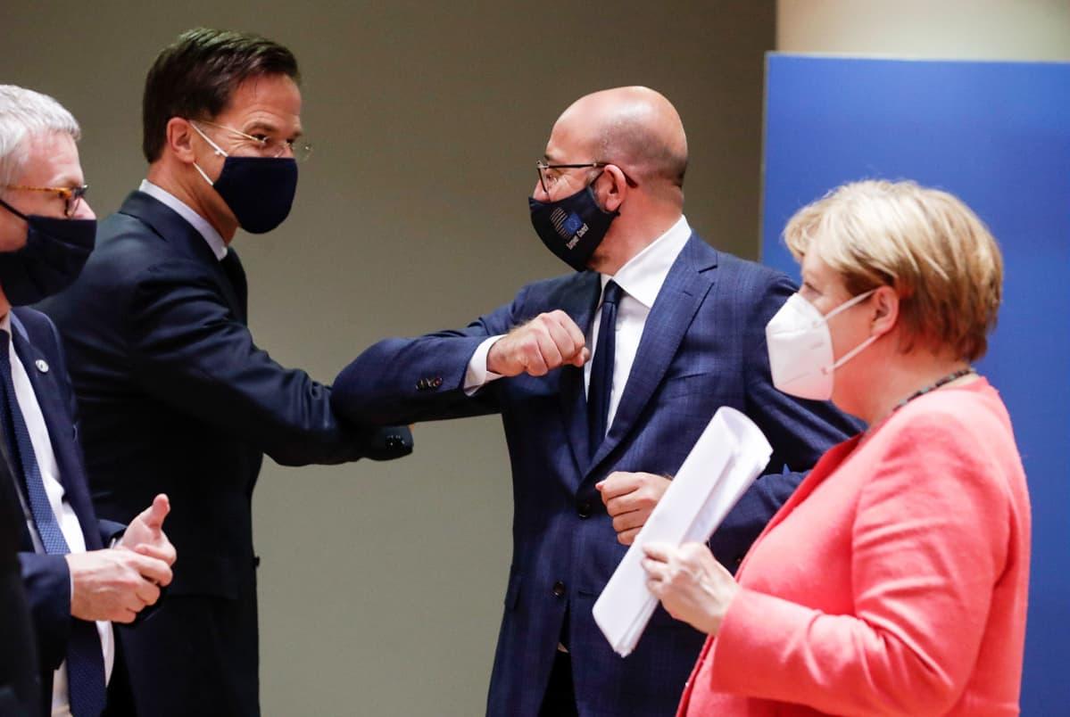Mark Rutte, Charles Michel ja Angela Merkel tervehtivät kokouspaikalla Brysselissä