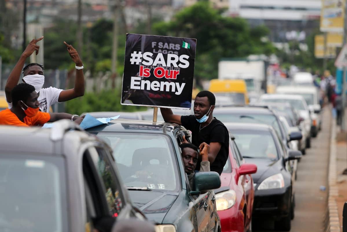 Kuvassa on nigerialaisia osoittamassa mieltään SARS-poliisia vastaan.
