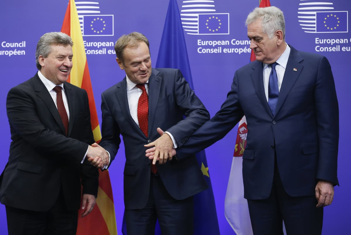 Makedonian presidentti Gjorge Ivanov (vas.) ja Serbian presidentti Tomislav Nikolic (oik.) tervehtivät  Eurooppa-neuvoston puheenjohtajaa Donald Tuskia Brysselissä 16. joulukuuta.