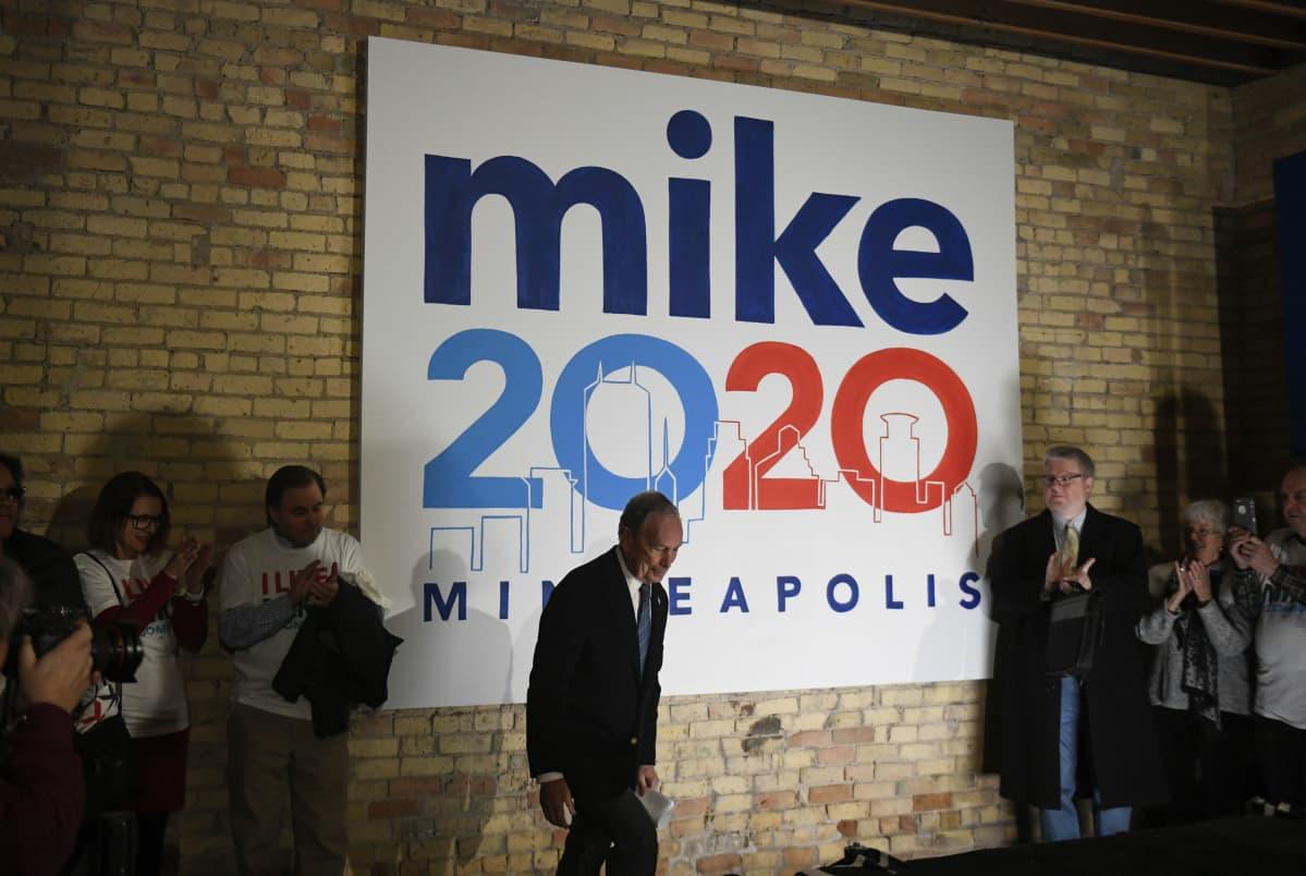 Michael Bloomberg nousee lavalle pitämään kampanjapuhetta.