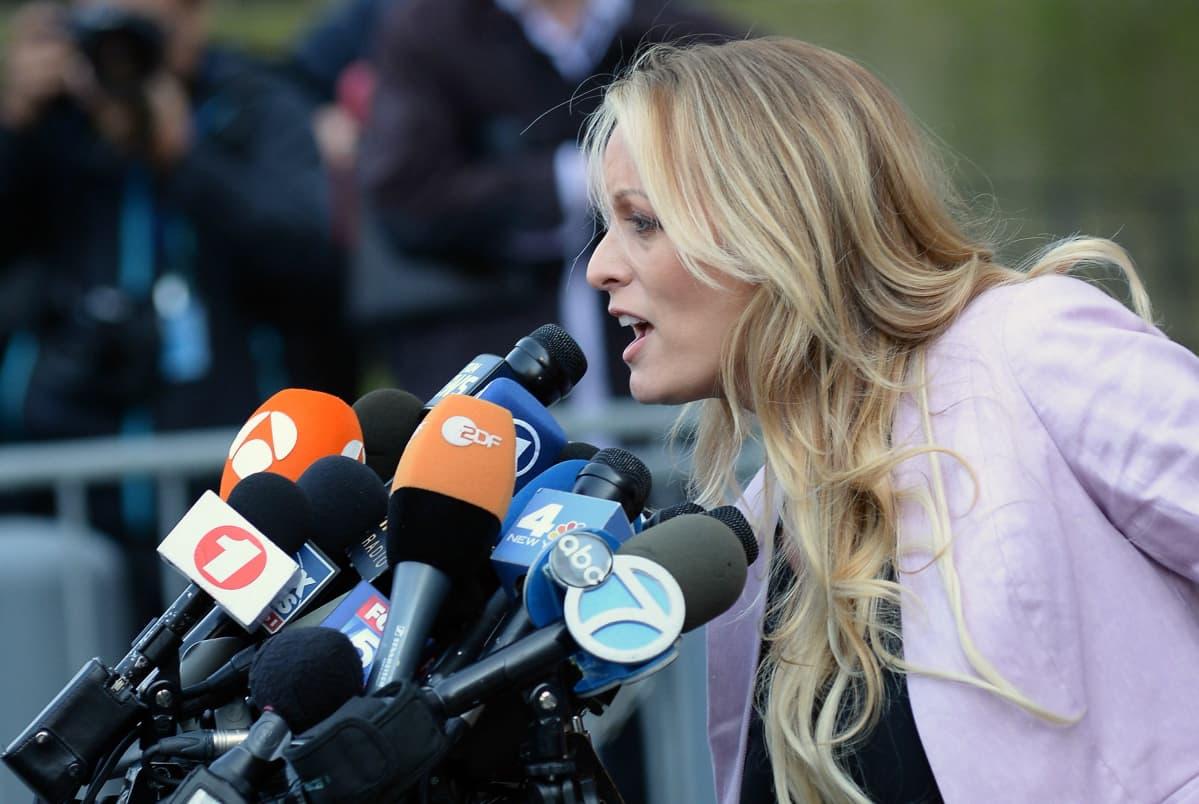 Pornotähti Stormy Daniels puhumassa toimittajille New Yorkissa oikeustalolla huhtikuussa 2018.