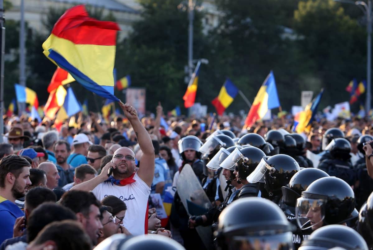 Mielenosoittajia ja mellakkapoliiseja Bukarestissa.