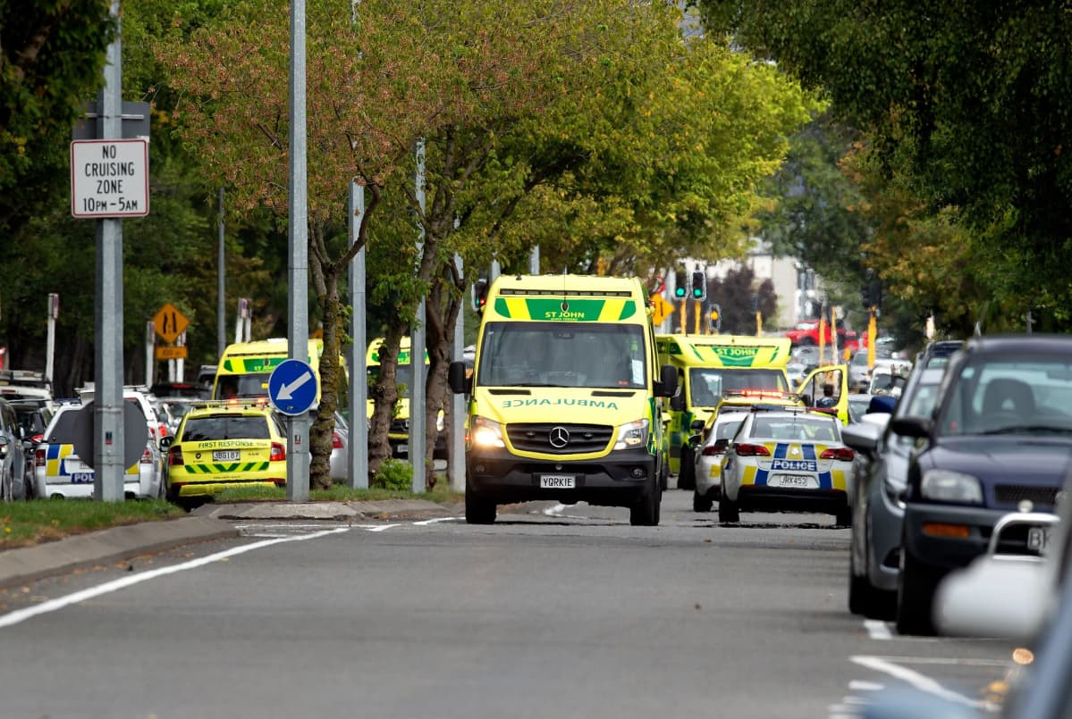 Masjid Al Noorin moskeijan edessä Deans Avenuella oli useita ambulansseja ja poliisiautoja.