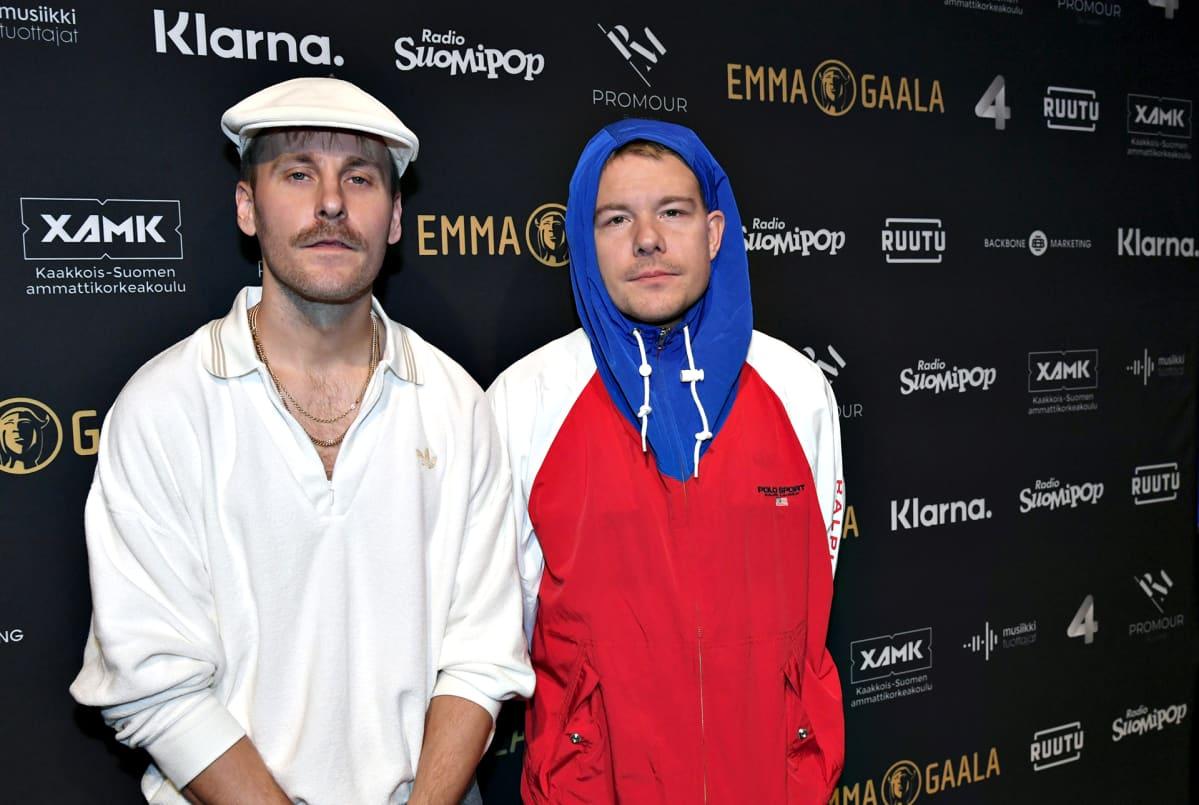 Rap-duo JVG eli Jare ja VilleGalle (oik.) Musiikkituottajat ry:n järjestämän musiikkialan Emma Gaalan lehdistötilaisuudessa Helsingissä 12. joulukuuta 2019.