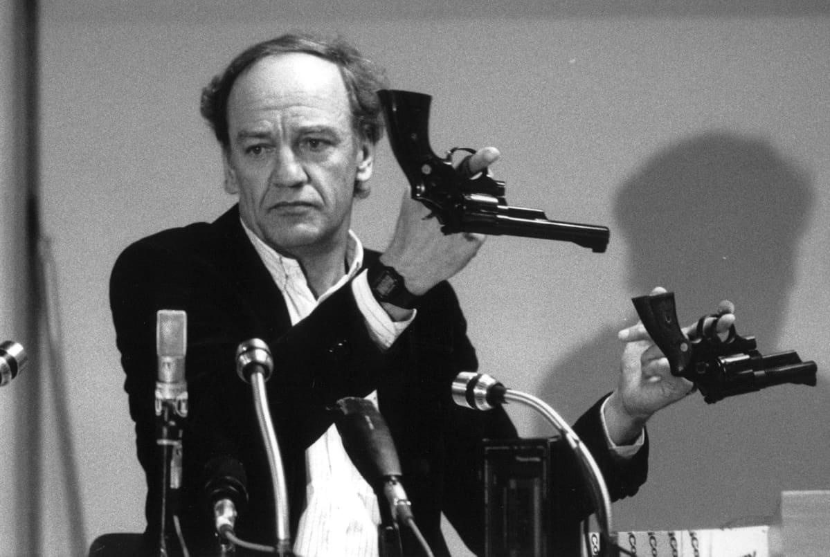 Tutkinnajohtaja Hans Holmer esitteli asetta oikeudenkäynnissä.