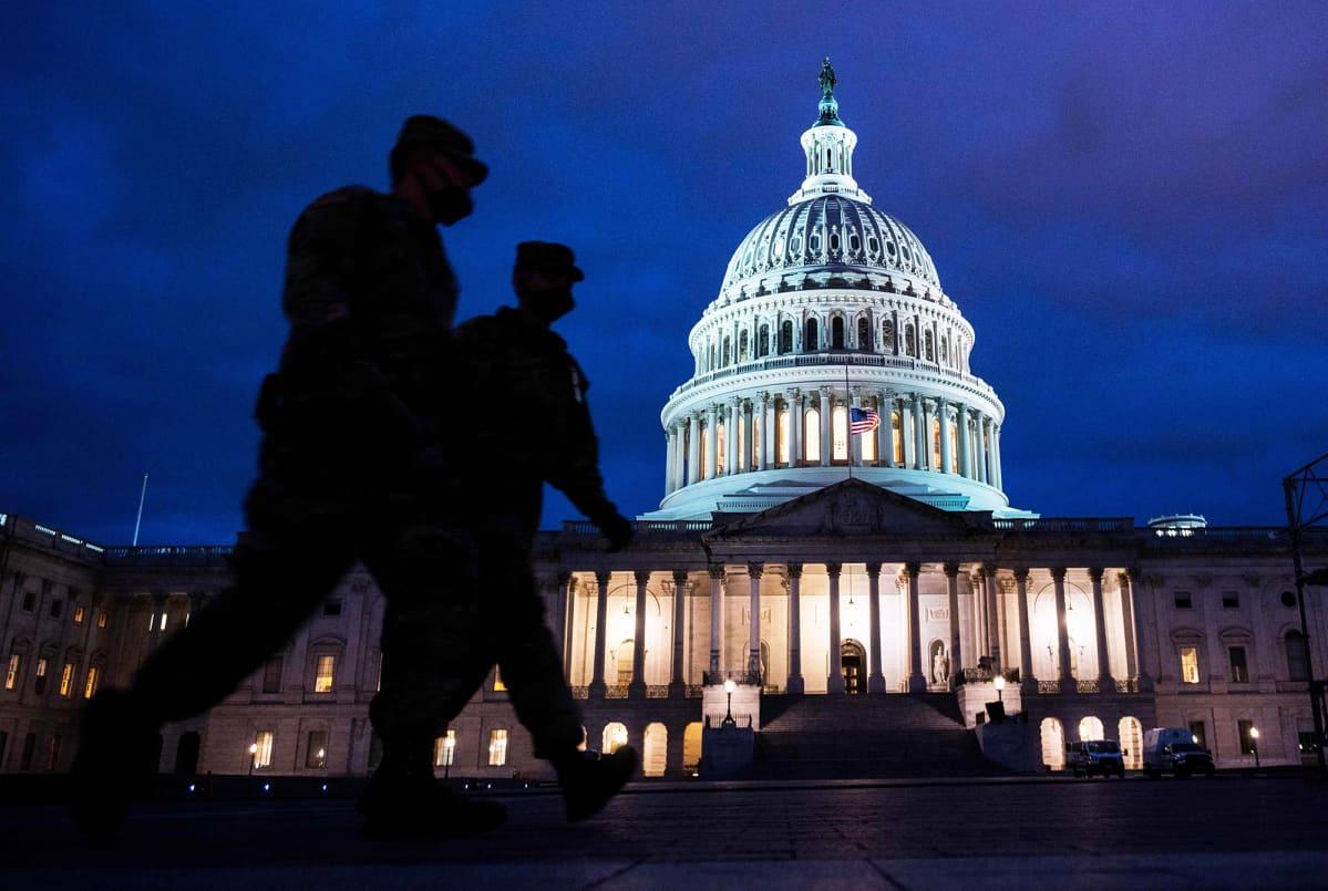 Kansalliskaartin sotilaat partioivat kongressitalon edustalla Washingtonissa