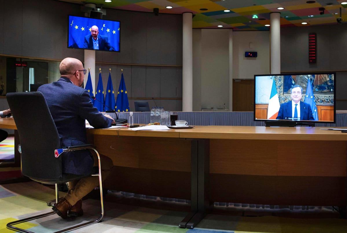 Charles Michel  etäkokoustaa Brysselissä.