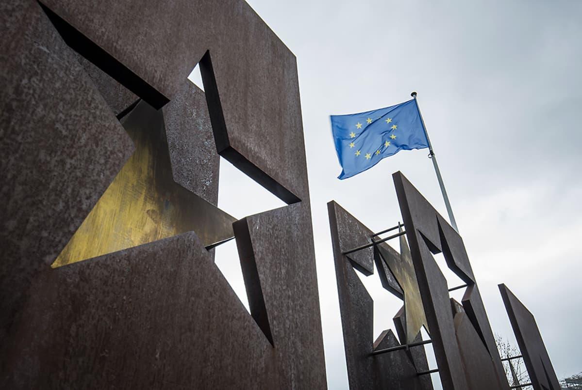 EU:n lippu liehuu tuulessa Schengen-sopimuksen muistomerkin yläpuolella 1. helmikuuta 2016.