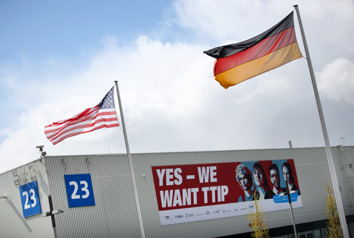 Saksan ja Yhdysvaltain liput liehuivat Hannoverin teollisuusmessuilla EU:n ja Yhdysvaltain vapaakauppasopimuksen TTIP:n 13.neuvottelukierroksen alkamista edeltävänä päivänä 24.huhtikuuta.