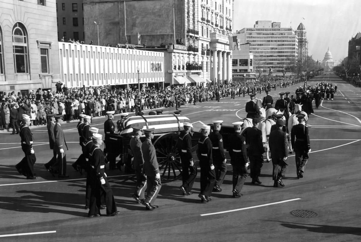 Presidentti John F. Kennedyn arkkua kuljetetaan saattueessa Valkoisesta talosta kohti kongressirakennusta Capitolia vuonna 1963.