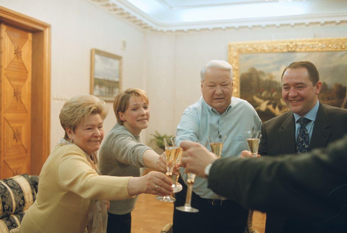 Dokumentissa seurataan, miten Jeltsinin kotona juhlitaan Putinin vaalivoittoa.