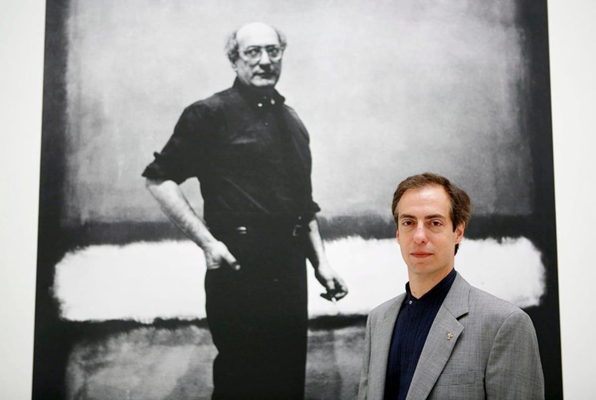 Christopher Rothko isänsä Mark Rothkon retrospektiivisen näyttelyjulisteen edessä.