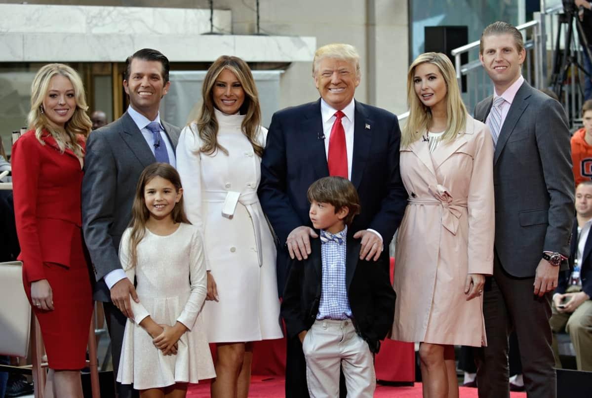 Donald Trump vaimonsa, lastensa ja lastenlastensa kanssa.
