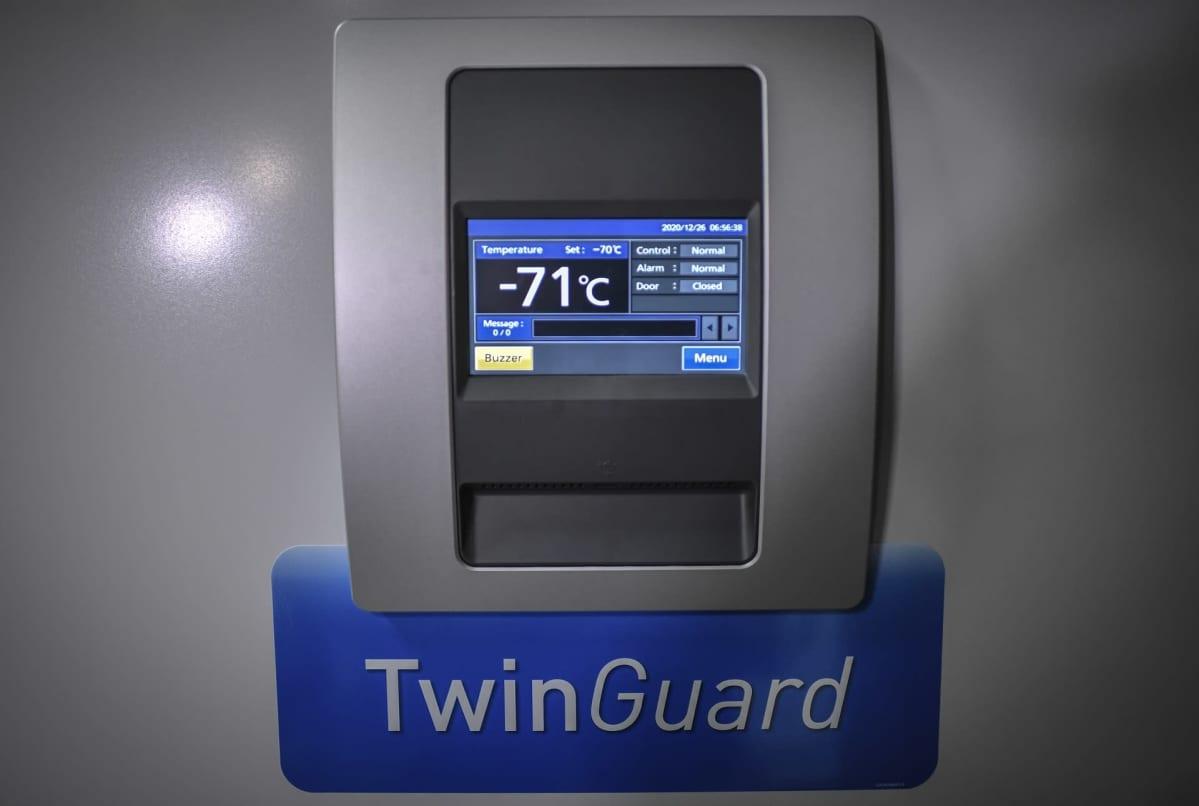 Säiliön lämpömittari näyttää -71 asteen lämpötilaa.