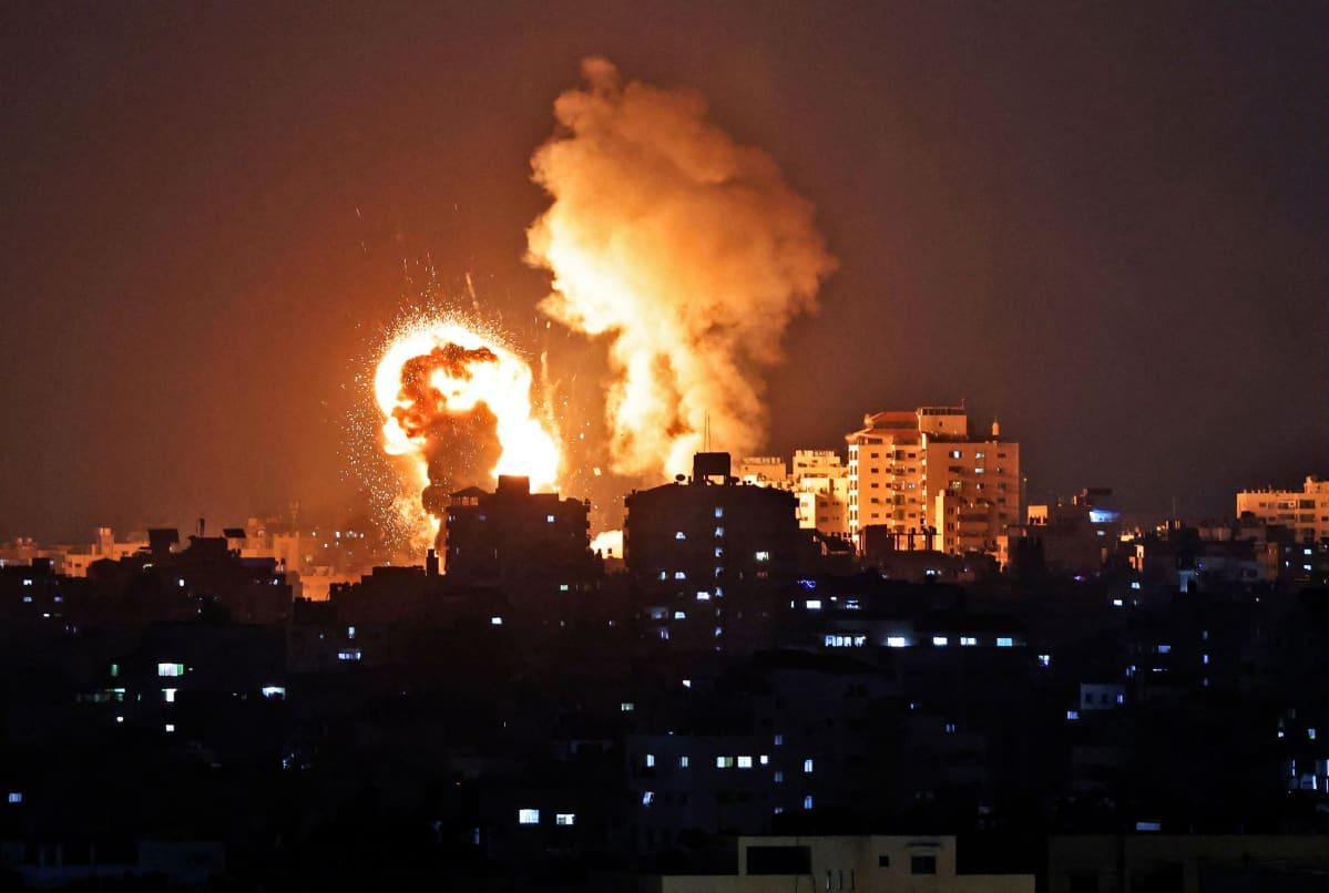 Israelin ilmaiskun aiheuttamia tulipalloja taivaalla.